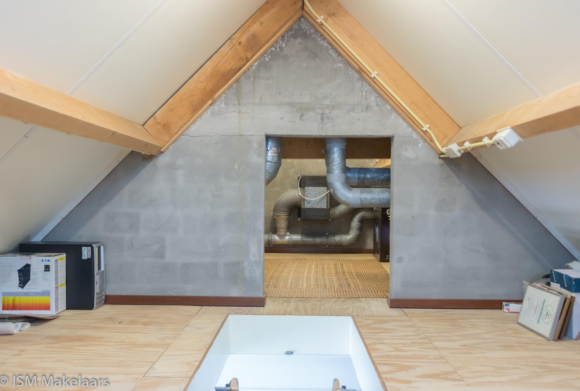 Aantrekkelijke zeer goed onderhouden villa met dubbele garage en